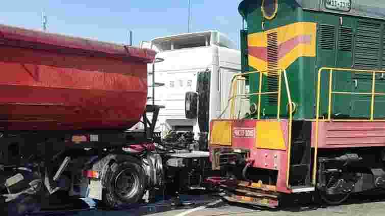 На Київщині локомотив зіткнувся із вантажівкою на залізничному переїзді