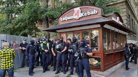 Директор ринку у центрі Львова побився з муніципалами через демонтаж кіоску з шаурмою