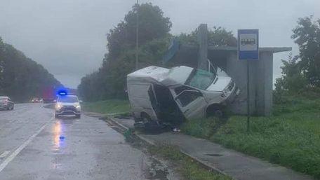 34-річний водій Mercedes Sprinter врізався в бетонну зупинку біля Буська і загинув