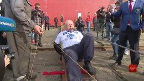 Львівський богатир Олег Скавиш потягнув зубами 614-тонний корабель