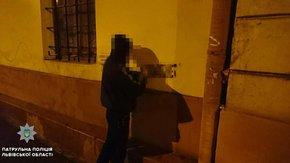 Патрульні затримали у Львові двох чоловіків, які розписували фасади будинків рекламою наркотиків