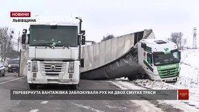 Перекинута фура досі блокує дві смуги руху на трасі Львів – Рава-Руська
