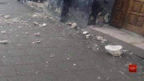 На вулиці Руській шматки ліпнини впали на трамвайну зупинку