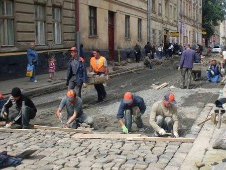 У центрі Львова вулиці замощують бруківкою