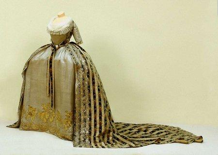 У Львові покажуть старовинне жіноче вбрання XIX століття