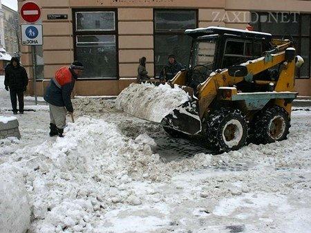 Львів від снігу чистять 53 спецмашини