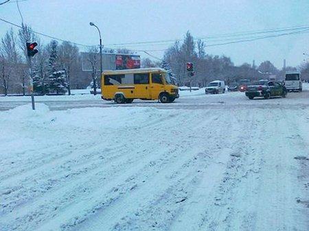 Рух дорогами 8 областей Україні все ще залишається ускладненим