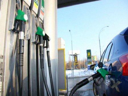 Курс долара створює передумови для подорожчання бензину, - експерт
