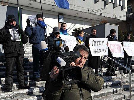 Активісти залили лайном вхід до редакції каналу