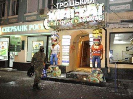 Люди, вдягнені як учасники спротиву, громили ресторани у Києві (фото)