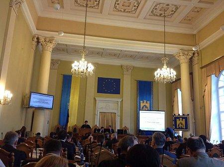 У сесійній залі Львівської міськради повісили прапор ЄС