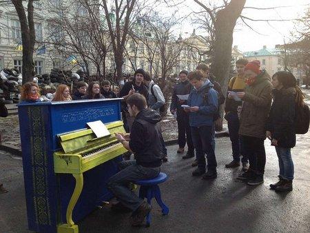 Біля барикад у Львові з'явилося вуличне піаніно