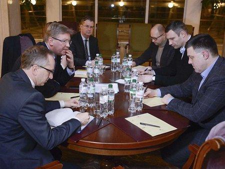 Фюле зустрівся з лідерами опозиції