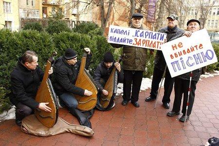 Незрячі бандуристи прийшли пікетувати казначейство у Львові