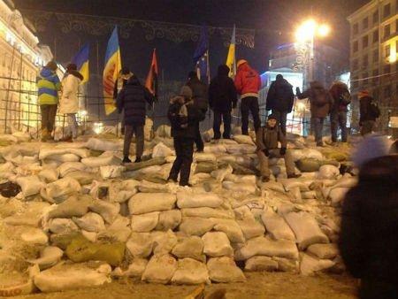 На Майдані барикади укріплюють мішками з піском