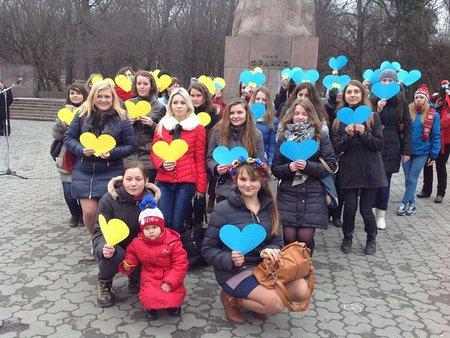 Львів'янки подарували синьо-жовті сердечка хлопцям із Самооборони