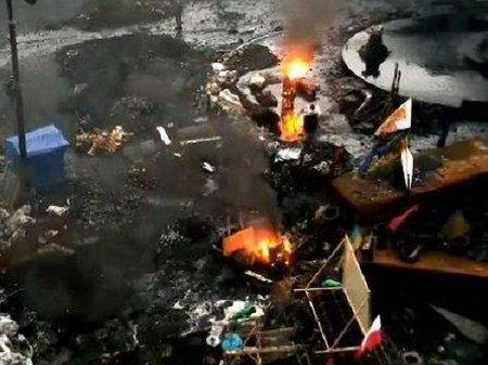На Грушевського вчора знову запалали автошини