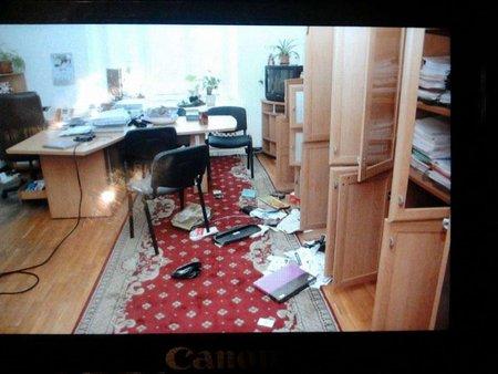 Невідомі розгромили кілька кабінетів в КМДА