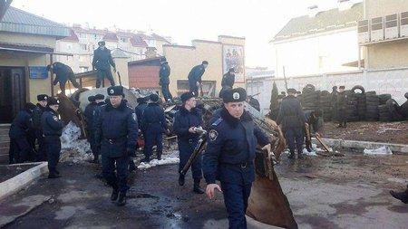 Біля військової частини на Стрийській розібрали барикади