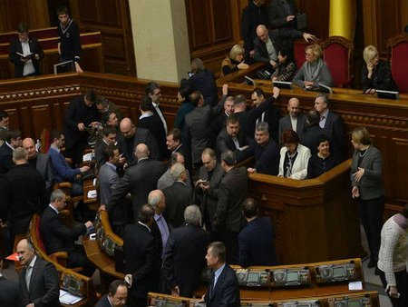 Опозиція заблокувала трибуну Ради