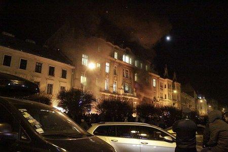 У Львові захопили обласну прокуратуру. Спалили документи