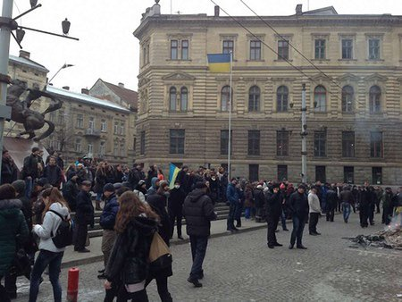 У Львові навколо обласного управління міліції побудували барикади