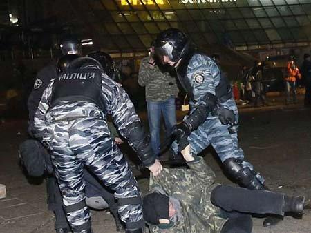 Арбузов каже, що країну ганьблять мітингувальники