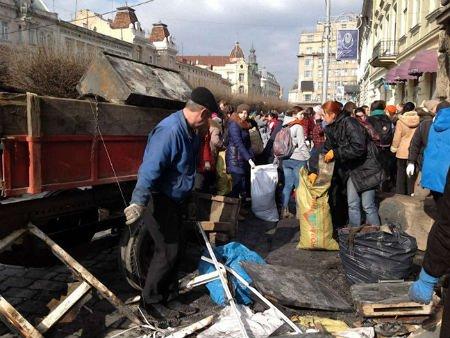 У Львові активісти прибрали біля обласної прокуратури і міліції