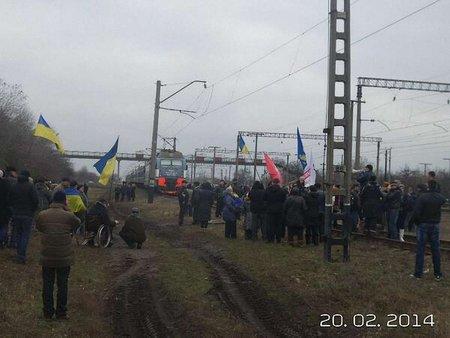 На Дніпропетровщині люди зупинили потяг з військовими