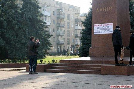 У Житомирі повалили пам`ятник Леніну
