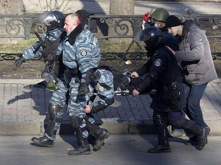 Бійців «Беркута» у Вінниці пропустили через коридор ганьби