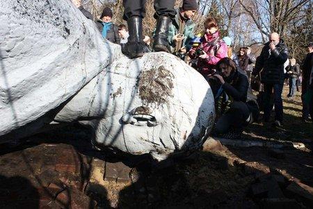 За дві доби в Україні скинули більше 25 пам'ятників Леніну (фото)