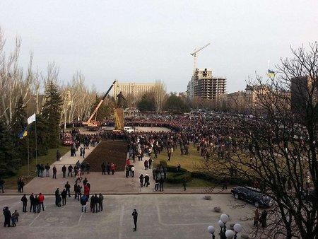 В Україні продовжують валити пам'ятники Леніну фото