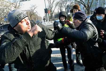 У Харкові на майданівців напали тітушки з палицями