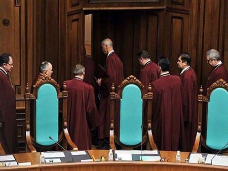 Суддів КС, які розширили повноваження Януковича, звільнили
