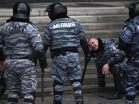 Львівських «беркутівців» поставили на коліна на місцевому Майдані