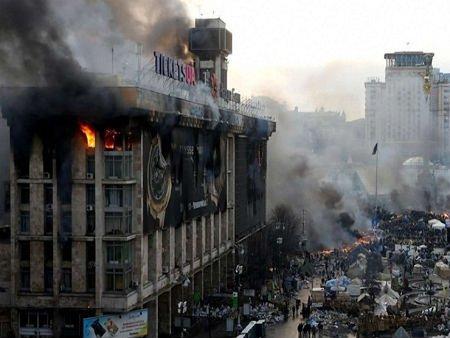 У Києві почали відновлювати згорілий Будинок профспілок