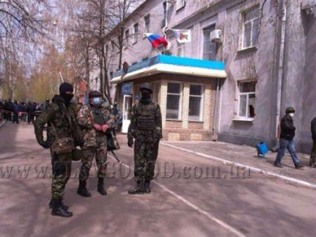 У Слов'янську учасникам мітингу роздають зброю, - МВС