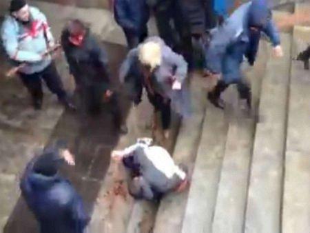 У Харкові затримали медика, яка добивала побитого хлопця на мітингу