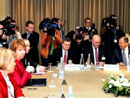 Лавров після зустрічі в Женеві: Україна має сама вирішити кризу