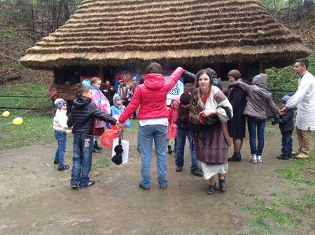 Великдень у Шевченківському гаю: забави і гаївки під дощем