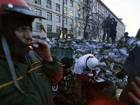 Київські комунальники почали розбирати барикади на Грушевського