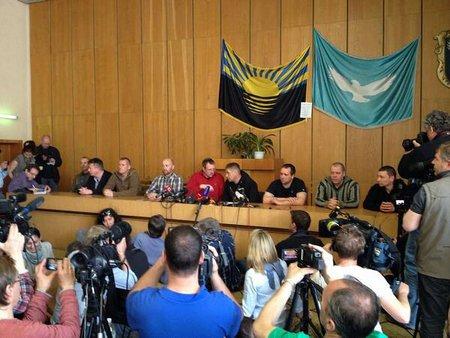 Захоплених військових інспекторів в Слов'янську показали пресі
