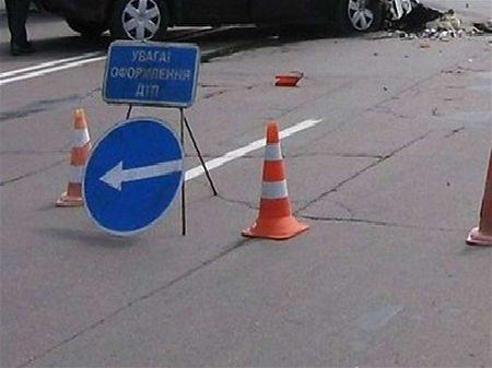 У Львові 20-річний скутерист влетів у припарковане авто