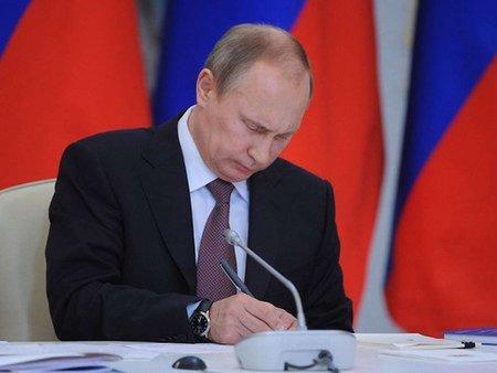 Путін підписав закон про скорочення терміну обігу гривні в Криму