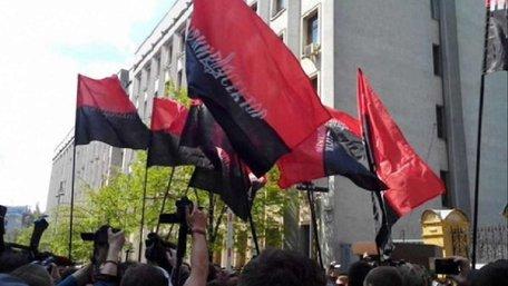 У Києві бійці «Правого сектора» пікетують Адміністрацію президента