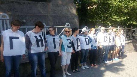 Працівники Національного художнього музею провели акцію протесту