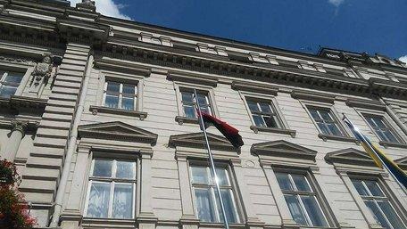 «Правий сектор» здійняв біля Львівської ОДА червоно-чорний прапор