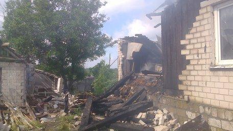 Поблизу Волновахи з-під завалів будинку, зруйнованого бойовиками, витягнули жінку