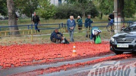 В Херсоні люди кинулися визбирувати помідори, які висипалися з автомобіля після ДТП